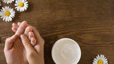 Diese Handcremes helfen wirklich gegen trockene Hände - Foto: FotoDuets/istock