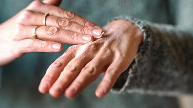 Frau verwendet selbstgemachte Handcreme zum Eincremen. - Foto: iStock/ NickyLloyd