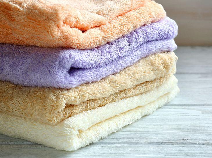 Im Laufe der Jahre sammeln sich in einem Haushalt viele gebrauchte Handtücher an.