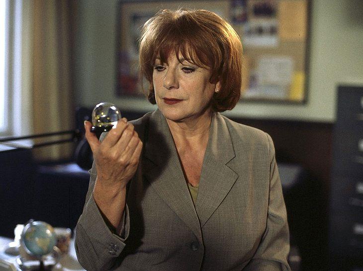 Bella Block (Hannelore Hoger) wirft einen Blick in die Zauberkugel.