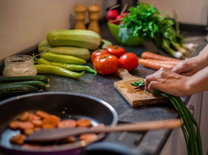 Die richtige Ernährung kann bei Hashimoto-Thyreoiditis Beschwerden lindern.