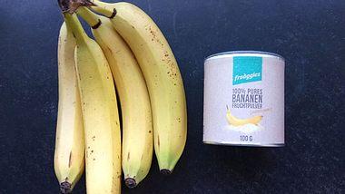 Das frooggies Fruchtpulver besteht aus gefriergetrockneten, gemahlenen Früchten und lässt sich in Wasser, Milch oder Müslis mischen. - Foto: Liebenswert
