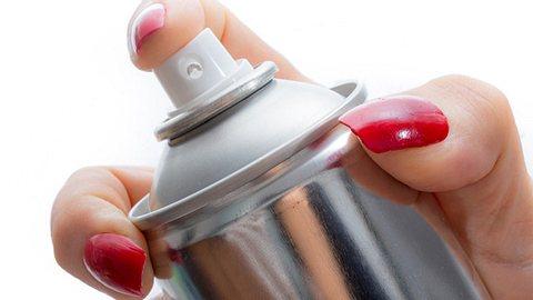 Haarspray hat viele Einsatzmöglichkeiten. - Foto: Peter Hermus / iStock