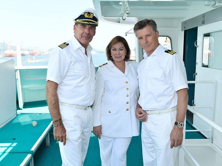 Kapitän Burger (Sascha Hehn) und Dr. Sander (Nick Wilder) haben Beatrice (Heide Keller) in ihre Mitte genommen