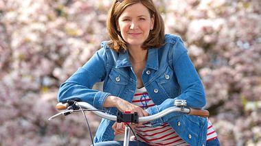 Heike Götz ist für Landpartie stets auf ihrem Fahrrad unterwegs. - Foto: NDR / Ingo Wandmacher