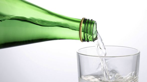 Das Trinken von Heilwasser kann Beschwerden vorbeugen und lindern. - Foto: studiocasper / iStock