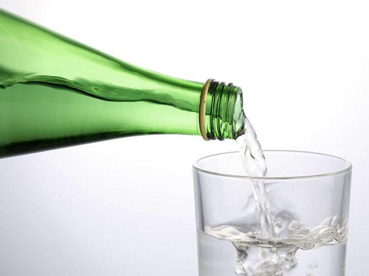 Das Trinken von Heilwasser kann Beschwerden vorbeugen und lindern.