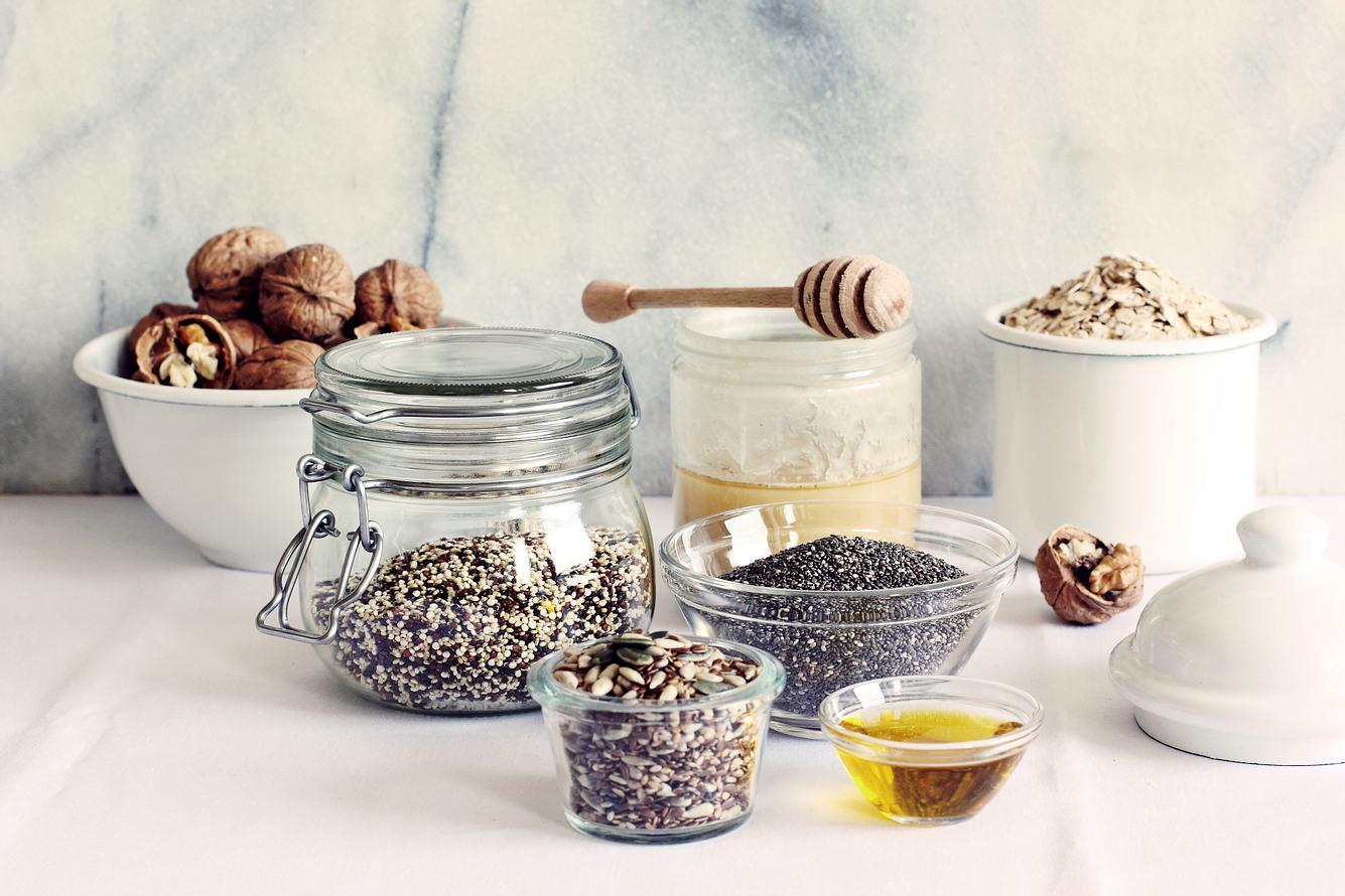 Verschiedene heimische Superfoods in Schälchen und Behältern