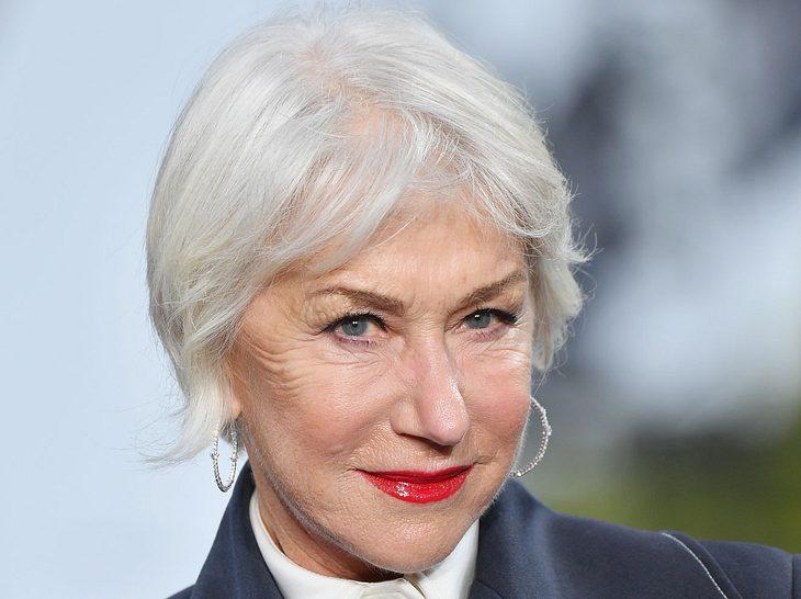 Helen Mirren, 72, trägt ihr weißes Haar elegant zum Pagenkopf.