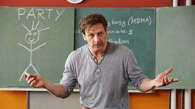 Hendrik Duryn als Lehrer Stefan Vollmer - Foto: TVNOW / Frank Dicks / Sony Pictures FFP