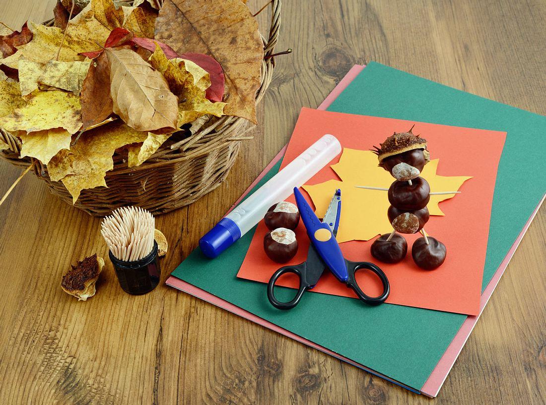 Schöne Herbstdeko lässt sich mit wenigen Materialien selber basteln.