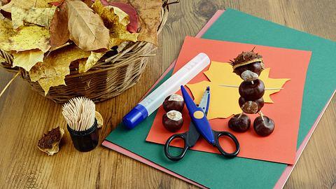 Schöne Herbstdeko lässt sich mit wenigen Materialien selber basteln. - Foto: hsvrs / iStock