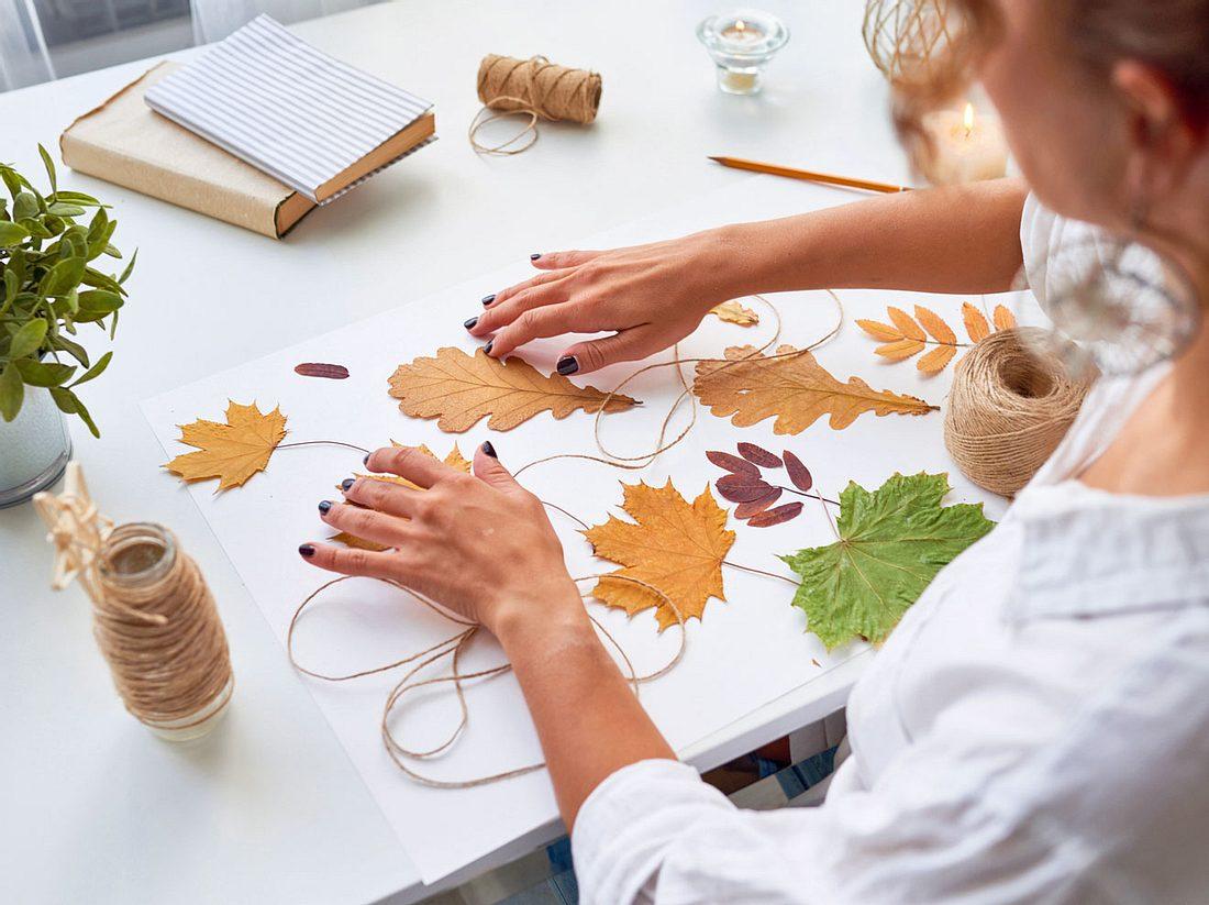 Woraus sich eine schöne Herbstgirlande basteln lässt, verraten wir hier.