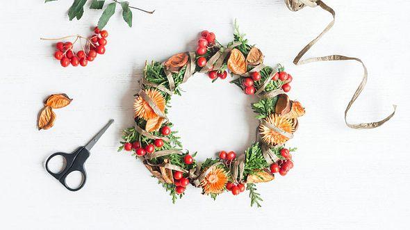 5 schöne Ideen für einen Herbstkranz - Foto: Povareshka / iStock
