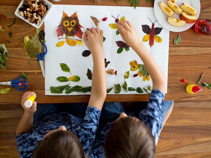 Bilder mit Herbstlaub: Bunter Bastelspaß mit den Enkeln
