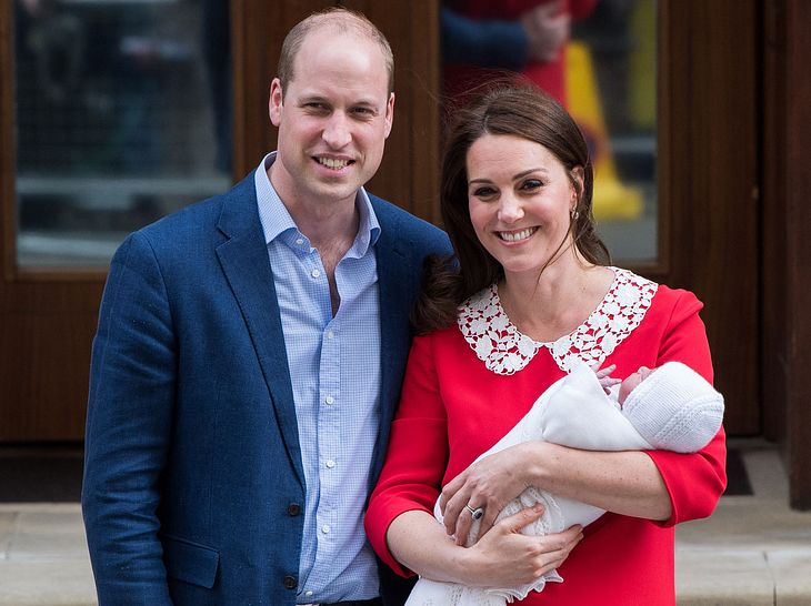 Prinz William und Herzogin Kate verlassen mit ihrem Baby das Krankenhaus.
