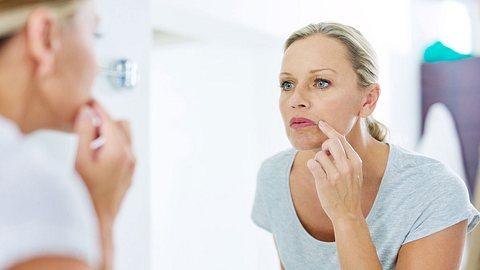 Wie man lästige Gesichtshaare am besten entfernt. - Foto: PeopleImages/ iStock