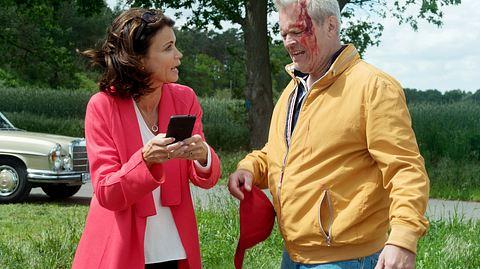 Hilli findet Frank verletzt nach seinem Unfall. - Foto: ARD / Nicole Manthey