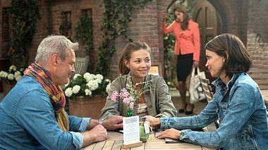 Hilli und Frank erzählen Leonie von ihrer vorzeitigen Scheidung. - Foto: ARD / Nicole Manthey