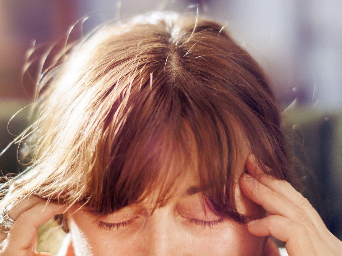 Starke Kopfschmerzen können Symptome einer Hirnhautentzündung sein.