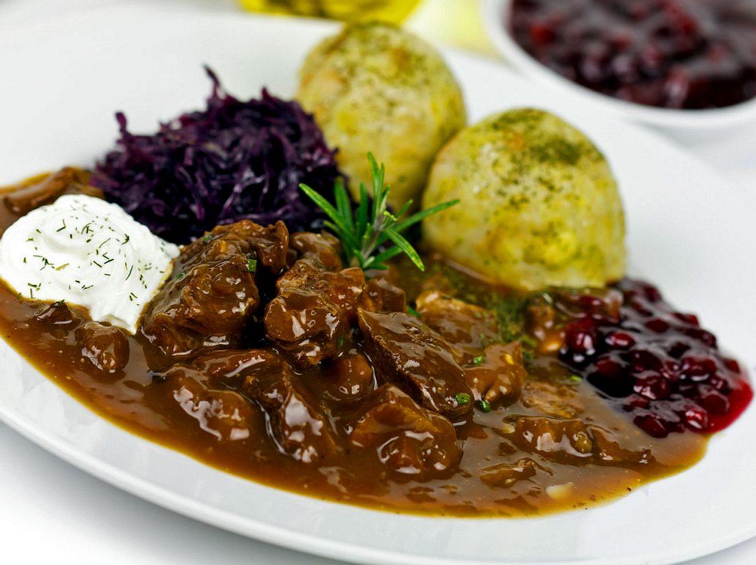 So kochen Sie Hirschgulasch ganz klassisch nach Omas Rezept.