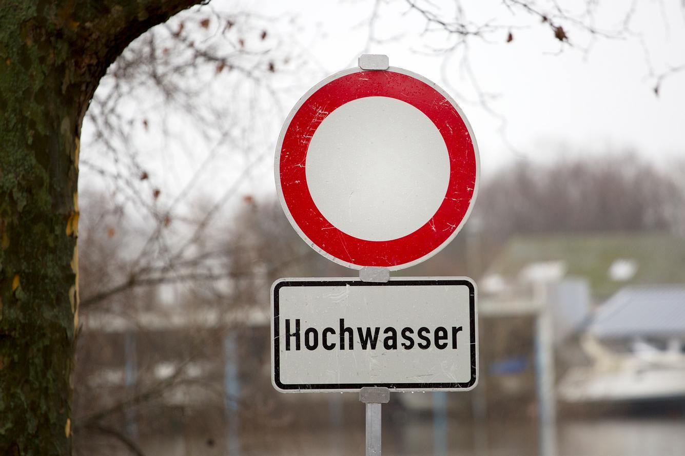 Ein Verkehrsschild warnt vor Hochwasser.