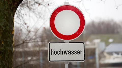 Ein Verkehrsschild warnt vor Hochwasser. - Foto: iStock / ollo