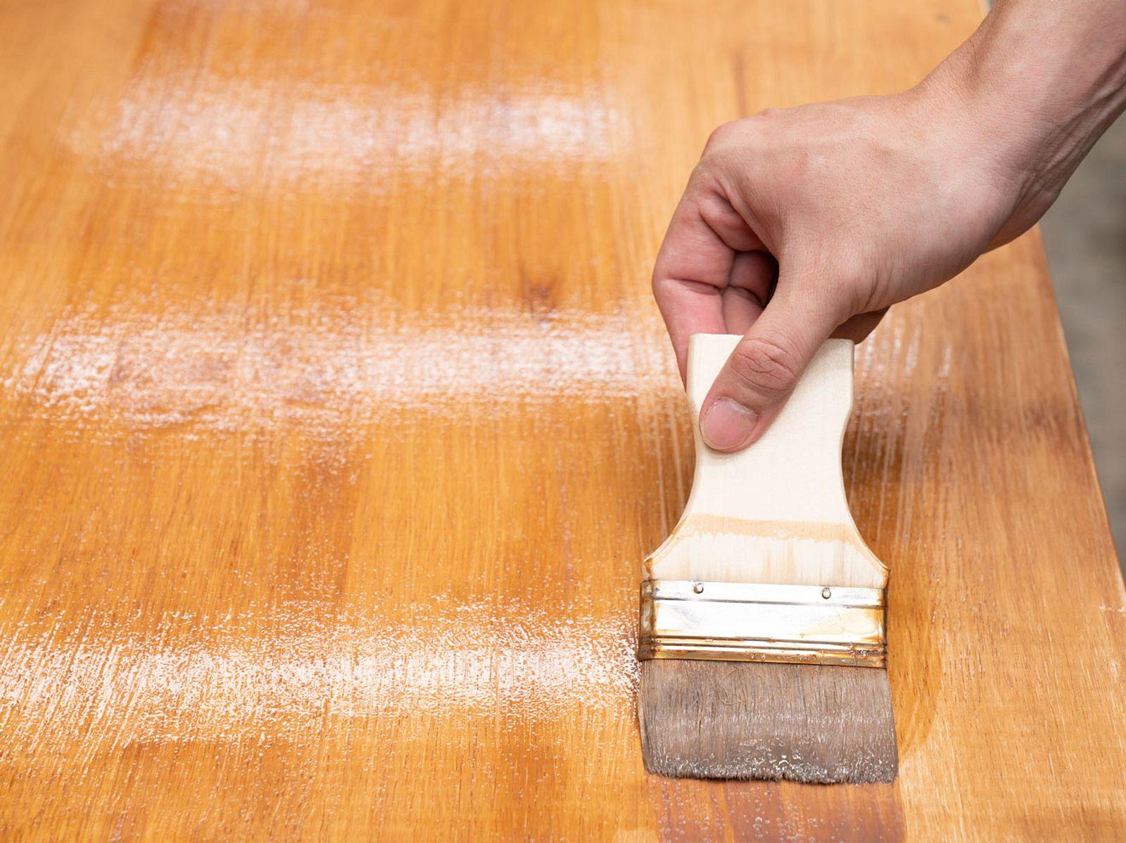 Holztisch ölen: So bleibt ihr Echtholztisch lange schön