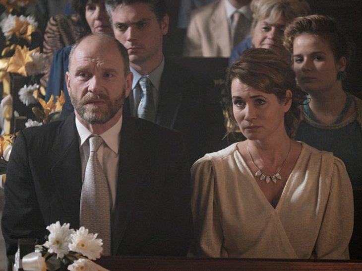 Honigfrauen: Kirsten (Anja Kling, r.) und Karl (Götz Schubert, l.) Stresemann sehen der kirchlichen Trauung ihrer Tochter Maja mit gemischten Gefühlen zu.