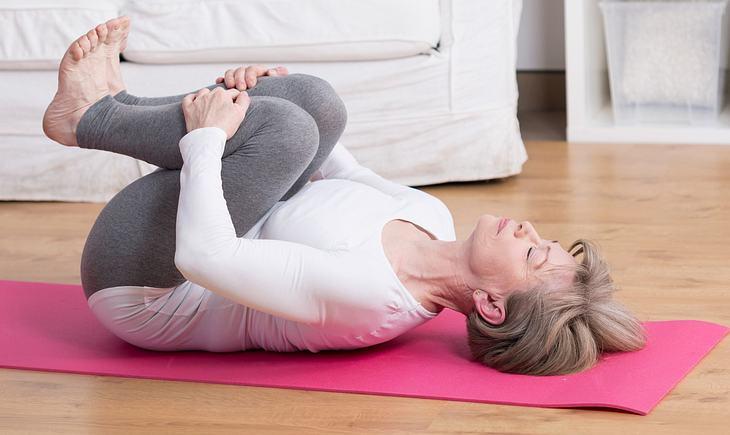 Hormon-Yoga: Kullern zum Entspannen