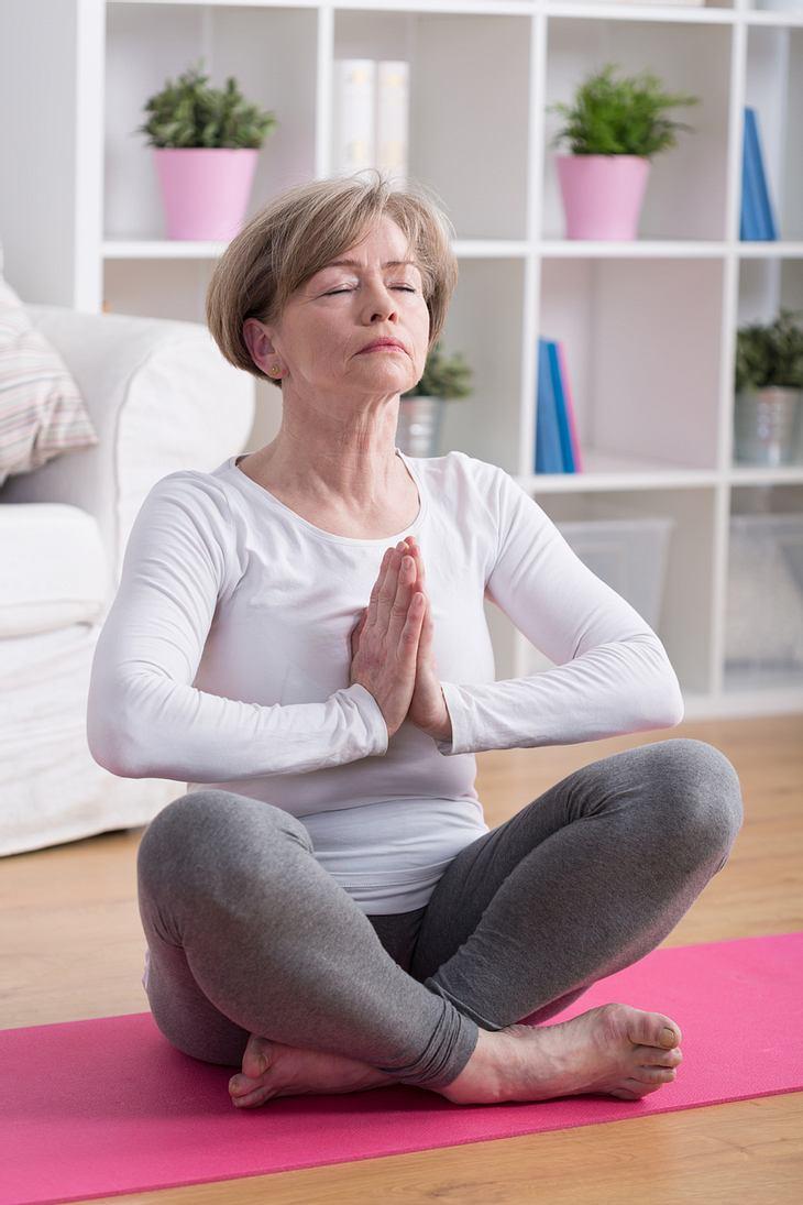 Hormon-Yoga: Dekolleté im Lotussitz straffen