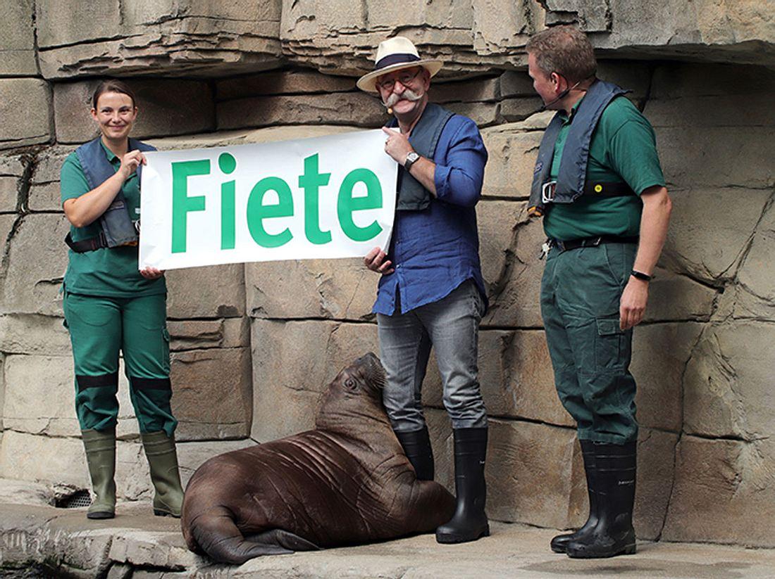 Horst Lichter bei der Taufe von Walross Fiete im Tierpark Hagenbeck.