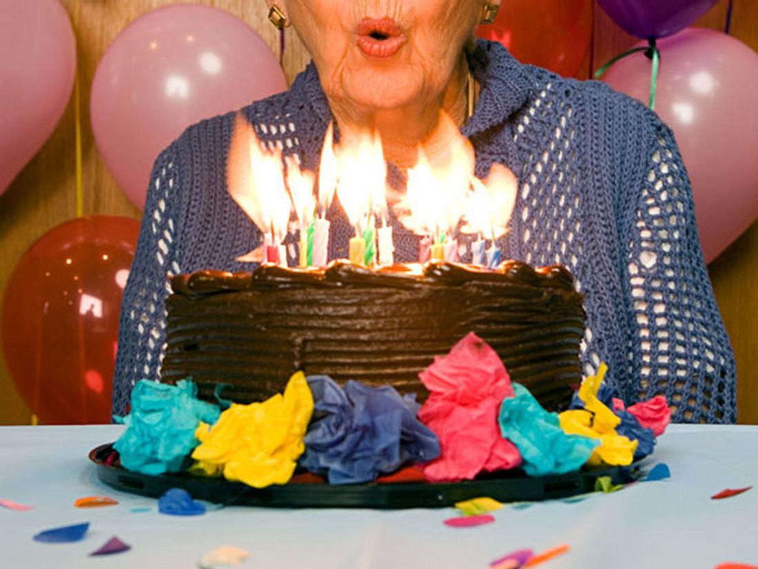 Da die 100-jährige Marjorie Ovens keine Familie mehr hat, bekam sie zu ihrem runden Geburtstag Besuch von Fremden, die ihr eine schöne Zeit bereiten wollten.