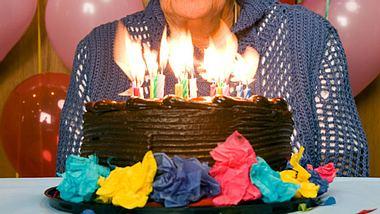 Da die 100-jährige Marjorie Ovens keine Familie mehr hat, bekam sie zu ihrem runden Geburtstag Besuch von Fremden, die ihr eine schöne Zeit bereiten wollten. - Foto: XiXinXing / iStock