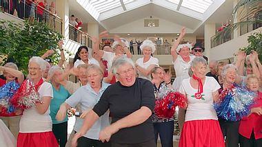 Die Über 80-jährigen Bewohner einer seniorengerechten Anlage drehten mit viel Elan das Musikvideo zu Shake It Off von Taylor Swift nach. - Foto: YouTube / 80odd yearsofhappy