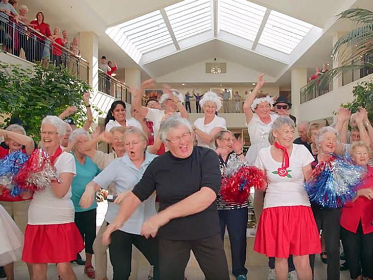 Die Über 80-jährigen Bewohner einer seniorengerechten Anlage drehten mit viel Elan das Musikvideo zu 'Shake It Off' von Taylor Swift nach.