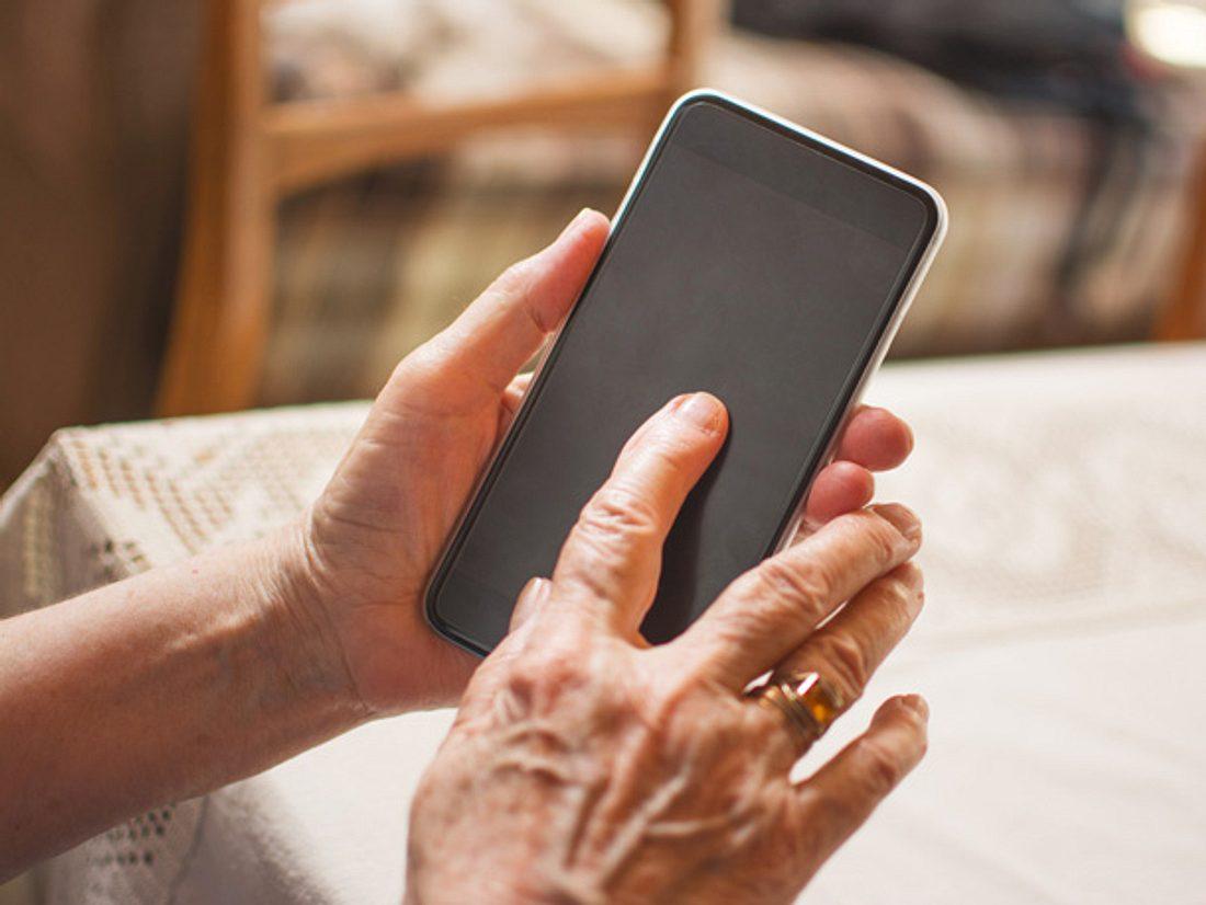 Eine 80-Jährige stürzte in ihrer Wohnung und setzte ihren Notruf aus Versehen bei einem Fremden ab.