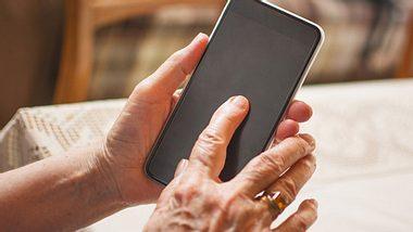 Eine 80-Jährige stürzte in ihrer Wohnung und setzte ihren Notruf aus Versehen bei einem Fremden ab. - Foto: Bojan89 / iStock