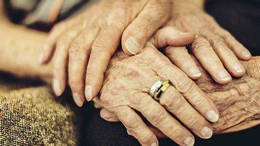 Für eine Partnerschaft ist es eine große Herausforderung, wenn einer der Partner an Demenz erkrankt. Wie sehr körperliche Nähe dann helfen kann, beweist eine rührende Geschichte aus den USA. - Foto: Eva-Katalin / iStock