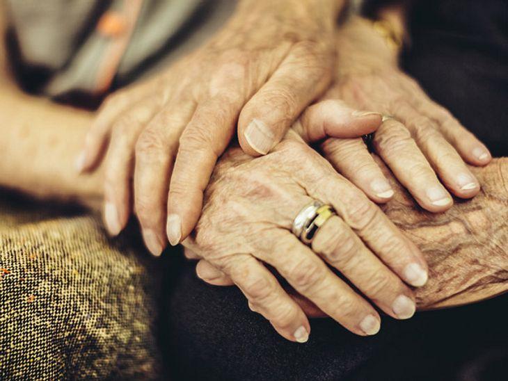 Für eine Partnerschaft ist es eine große Herausforderung, wenn einer der Partner an Demenz erkrankt. Wie sehr körperliche Nähe dann helfen kann, beweist eine rührende Geschichte aus den USA.