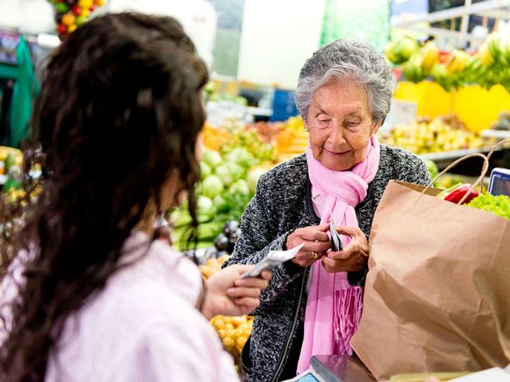 In Australien hat ein Fremder die Einkäufe einer alten Dame bezahlt, nachdem ihre Kreditkarte an der Kasse mehrfach abgelehnt worden war.
