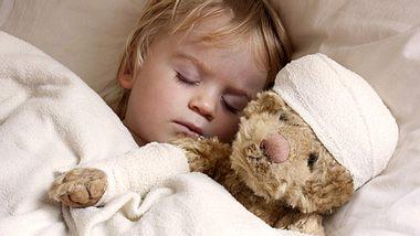 Um Kindern einen Großteil ihrer Angst zu nehmen, werden im Childrens Hospital of Wisconsin auch ihre Stofftiere verarztet. - Foto: simoningate / iStock