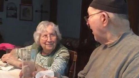 Der 83-jährige Jim Turley singt auch nach 65 Jahren Ehe noch für seine Frau Talma. - Foto: YouTube / Martha Oxley