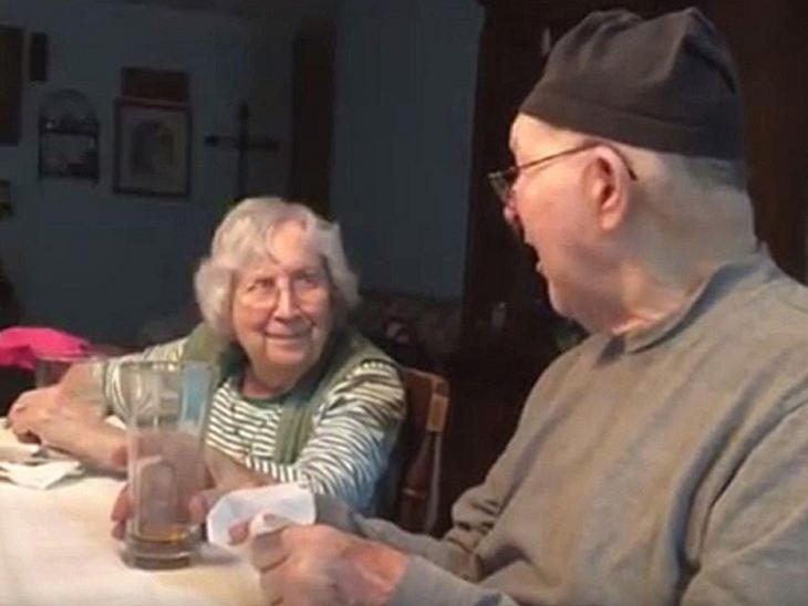 Der 83-jährige Jim Turley singt auch nach 65 Jahren Ehe noch für seine Frau Talma.