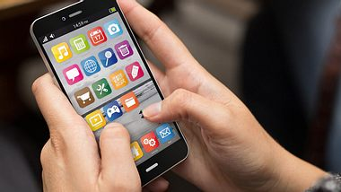 Wer von seinem alten Handy auf ein Smartphone umsteigt, muss sich umgewöhnen. Wir verraten die besten Tipps für Einsteiger. - Foto: milindri / iStock