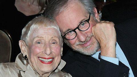 Der Tod seiner mit 97 Jahren verstorbenen Mutter Leah Adler trifft Regisseur Steven Spielberg sehr, denn er bewunderte sie. - Foto: Michael Kovac / Getty Images