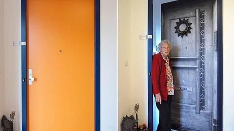 Personalisierte Türaufkleber helfen insbesondere Demenzkranken dabei, sich zu orientieren und im Heim wie Zuhause zu fühlen. - Foto: Facebook / true doors