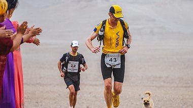 Bei einem Wettrennen in der Wüste Gobi klinkte sich plötzlich ein streunender Hund mit ein und fand dabei ein neues Herrchen. - Foto: 4deserts.com