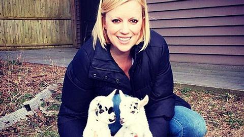 Die Amerikanerin Leanne Lauricella gab ihren Job auf, um sich stattdessen um behinderte Ziegen in Not zu kümmern. - Foto: Instagram / leanimal73