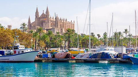 Palma de Mallorca im Frühling bereisen. - Foto: LUNAMARINA / iStock